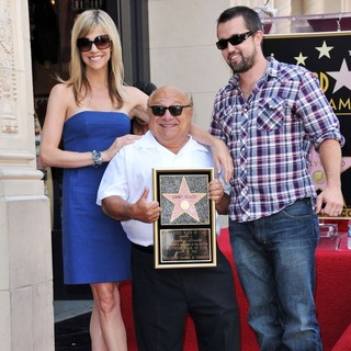 Kaitlin Olson, Danny DeVito, Rob McElhenney in Danny DeVito Is Honoured with A Star on The Hollywood Walk of Fame