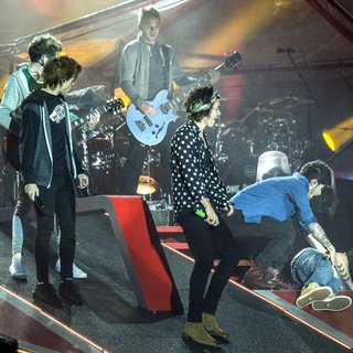 One Direction - One Direction Perform