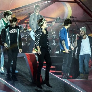 One Direction in One Direction Perform
