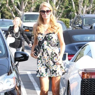 Paris Hilton - Paris Hilton Arrives at Mauro's Cafe