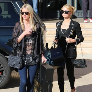 Nicky Hilton, Paris Hilton in Paris Hilton and Nicky Hilton Last Minute Christmas Eve Shopping
