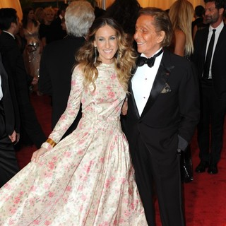 Sarah Jessica Parker, Valentino Garavani in Schiaparelli and Prada Impossible Conversations Costume Institute Gala