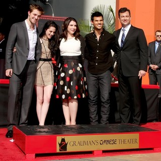 Robert Pattinson, Kristen Stewart, Stephenie Meyer, Taylor Lautner, Jimmy Kimmel in Stars of The Twilight Saga Films Are Honoured with A Hand and Footprint Ceremony