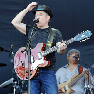 Paul Simon in The 2011 Glastonbury Music Festival - Day 3 - Performances - paul-simon-2011-glastonbury-music-festival-02