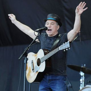 Paul Simon in The 2011 Glastonbury Music Festival - Day 3 - Performances - paul-simon-2011-glastonbury-music-festival-03