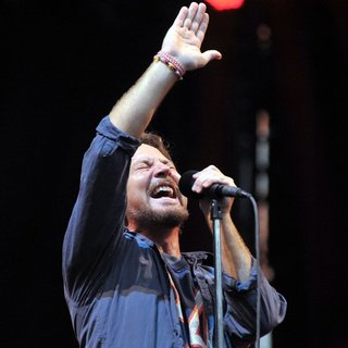 Eddie Vedder, Pearl Jam in Pearl Jam Perform Live