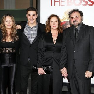 Elizabeth Perkins, Julio Macat in Film Premiere The Boss