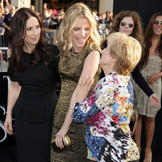 Rona Pfeiffer, Michelle Pfeiffer, Cloris Leachman in Dark Shadows Premiere