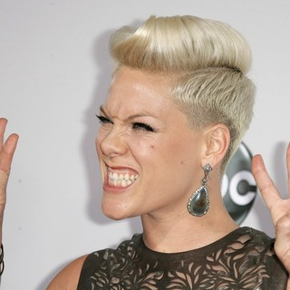 Pink in The 40th Anniversary American Music Awards - Arrivals
