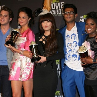 Ben Platt, Alexis Knapp, Hana Mae Lee, Utkarsh Ambudkar, Ester Dean in 2013 MTV Movie Awards - Press Room