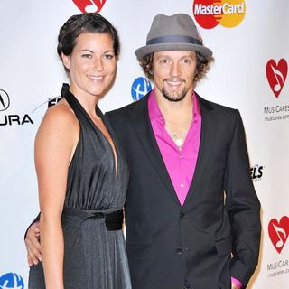 Tristan Prettyman, Jason Mraz in 2011 MusiCares Person of The Year Tribute to Barbra Streisand