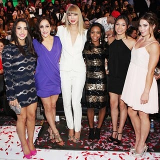 Aly Raisman, Jordyn Wieber, Taylor Swift, Gabrielle Douglas, Kyla Ross, McKayla Maroney in 2012 MTV Video Music Awards - Show
