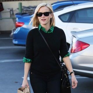 Reese Witherspoon in Reese Witherspoon Goes Grocery Shopping at Whole Foods Market