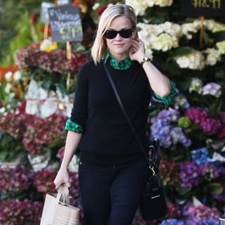 Reese Witherspoon - Reese Witherspoon Goes Grocery Shopping at Whole Foods Market