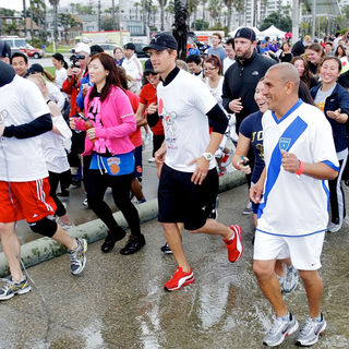 Josh Duhamel in Celebrities Participate in 'Relief Run' Along Santa Monica Beach