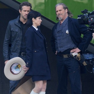 Mary-Louise Parker in Filming Scenes for The Movie R.I.P.D. - reynolds-parker-bridges-filming-scenes-for-ripd-06
