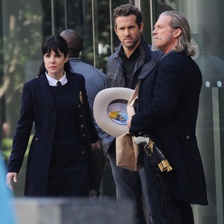 Mary-Louise Parker, Ryan Reynolds, Jeff Bridges in Filming Scenes for The Movie R.I.P.D.