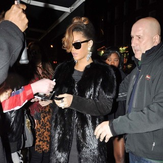 Rihanna - Rihanna Arrives at O'Donoghue's Pub on Merrion Row to Host A Thanksgiving Dinner