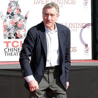 Robert De Niro in Robert De Niro Places His Hand and Foot Prints in Cement During The Footprint Ceremony