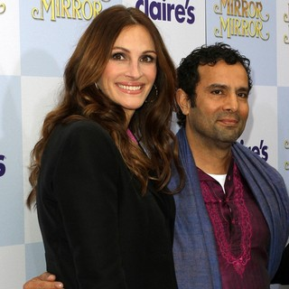 Julia Roberts, Tarsem Singh in Relativity Media Presents The Los Angeles Premiere of Mirror Mirror - Arrivals