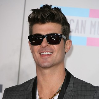 Robin Thicke in 2011 American Music Awards - Arrivals - robin-thicke-2011-american-music-awards-01