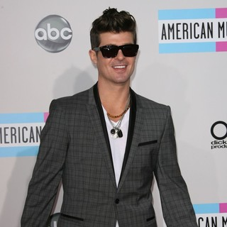 Robin Thicke in 2011 American Music Awards - Arrivals - robin-thicke-2011-american-music-awards-02