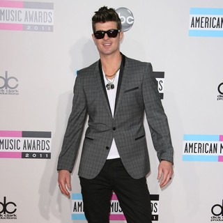 Robin Thicke in 2011 American Music Awards - Arrivals - robin-thicke-2011-american-music-awards-03