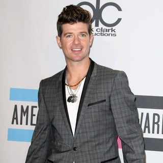 Robin Thicke in 2011 American Music Awards - Press Room - robin-thicke-2011-american-music-awards-press-room-01