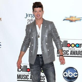 Robin Thicke in 2012 Billboard Music Award - Press Room