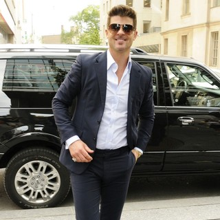 Robin Thicke - Robin Thicke Arriving at Global TV Toronto's Studio for The Morning Show