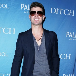Robin Thicke in Robin Thicke at Ditch Fridays