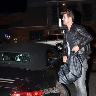 Robin Thicke in Robin Thicke Gets A Ride from Cops After His Car Is Wrecked in A Shunt with Another Motorist