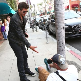 Robin Thicke - Robin Thicke Helps The Local Photographer