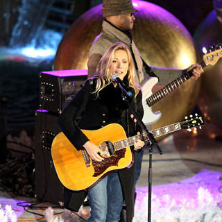 Sheryl Crow in Celebrities Performs at The Rockefeller Center Christmas Tree Lighting