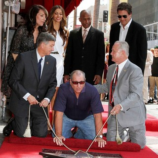 Katey Sagal, Leron Gubler, Sofia Vergara, Ed O'Neill, Marty Shelton, Tom LaBonge, Steven Levitan in Ed O'Neill Is Honoured with A Star on The Hollywood Walk of Fame