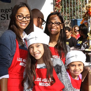 Zoe Saldana, Cicely Saldana in 75th Anniversary of The Los Angeles Mission Serving Thanksgiving Dinner to The Homeless