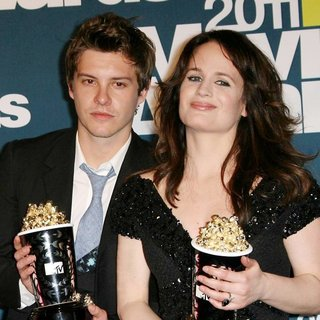 Xavier Samuel, Elizabeth Reaser in 2011 MTV Movie Awards - Press Room