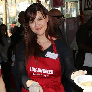 Sara Rue in 2014 LA Mission's Annual Thanksgiving for The Homeless