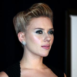 Scarlett Johansson in New York Premiere of We Bought a Zoo - Arrivals