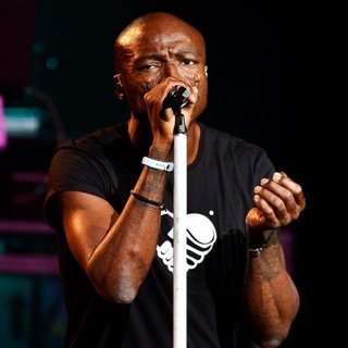 Seal in Seal Performs Onstage at Hard Rock Live!