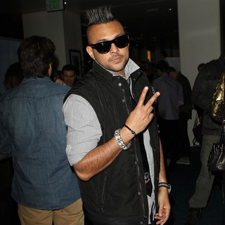 Sean Paul in 102.7 KIIS FM's Jingle Ball 2011 - Gifting Lounge - sean-paul-102-7-kiis-fm-s-jingle-ball-2011-gifting-lounge-02