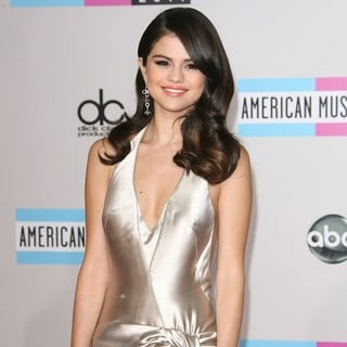 Selena Gomez in 2011 American Music Awards - Arrivals