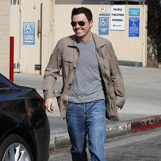 Seth MacFarlane Leaves A Cafe After Having Lunch