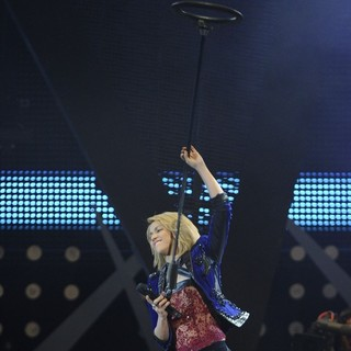 Shakira in 40 Principales Awards 2011 - Performance