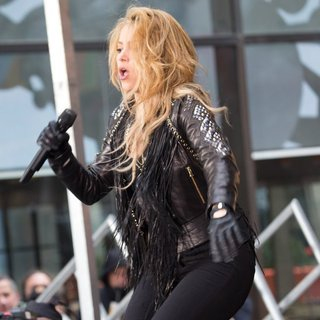 Shakira Performing Live on The Today Show as Part of NBC's Toyota Concert Series - shakira-performing-on-today-08