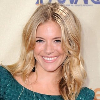 Sienna Miller in 2009 MTV Movie Awards - Arrivals - sienna-miller-2009-mtv-movie-awards-01