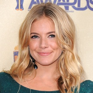Sienna Miller in 2009 MTV Movie Awards - Arrivals - sienna-miller-2009-mtv-movie-awards-02