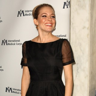 Sienna Miller Is Honored by International Medical Corps - sienna-miller-is-honored-by-international-medical-corps-02
