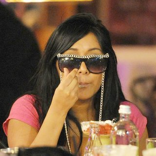 Snooki in Jersey Shore Cast Members Visit A Local Cafe and Enjoy Food and Drinks Late at Night
