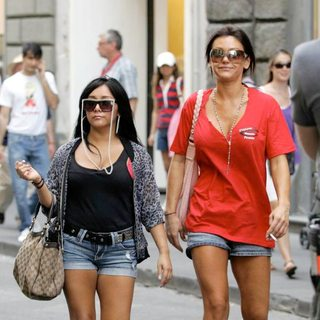 Snooki, JWoww in Jersey Shore Cast Members Work At a Pizza Restaurant